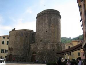 La piazza e il castello a Varese Ligure
