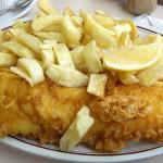 """Un """"fish&chips"""" britannico al tavolo: oltre al limone vengono servite le salse di accompagnamento"""
