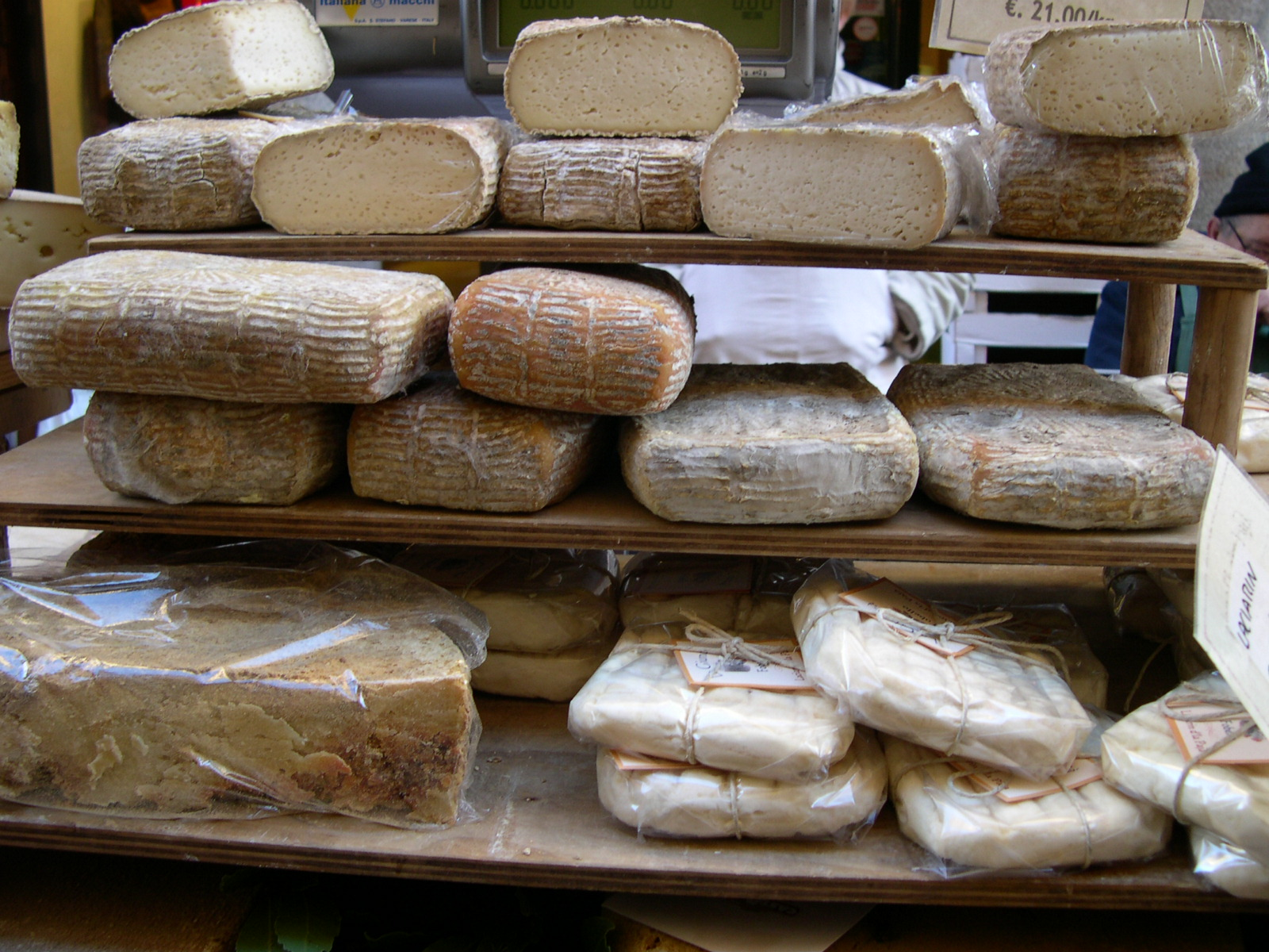 Risultati immagini per Foto produzione formaggi italiani