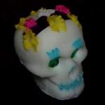 Un calavera messicano, scultura di zucchero colorato a forma di teschio realizzata in occasione del dia de los muertos